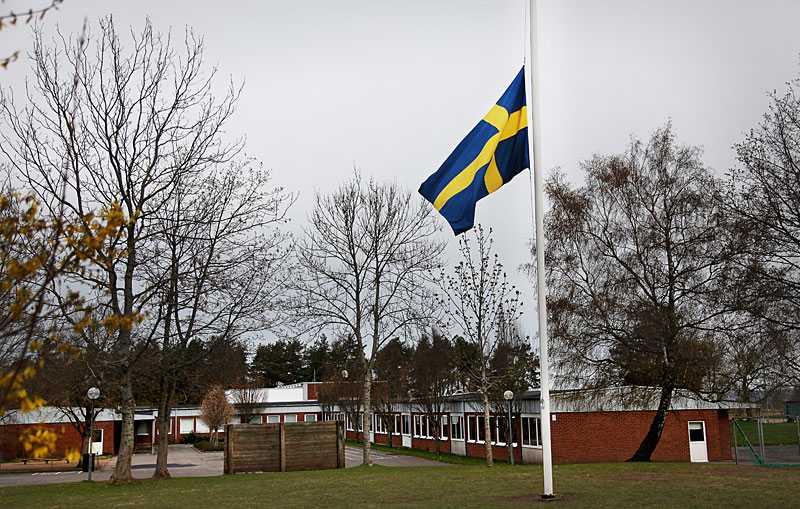 SÖRJER BARNEN De mördade barnens kamrater samlas i dag i skolan för en minnesstund. Utanför vajar flaggan på halv stång.