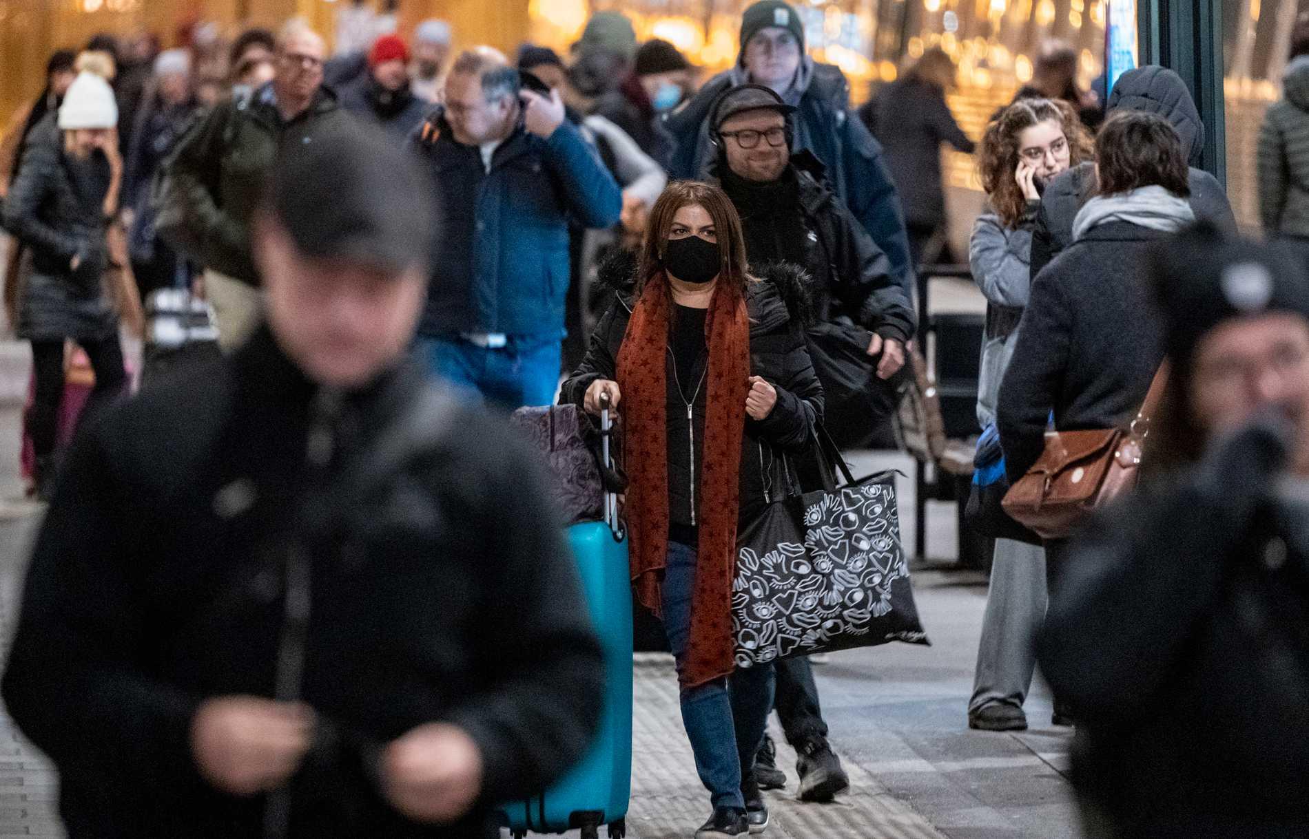 Resenärer med och utan munskydd på perrongen på Malmö C. Arkivbild.