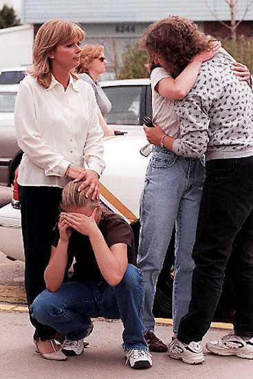 Människor visar sin sorg efter massakern vid Columbine.