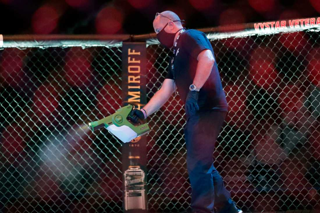 Oktogonen desinficerades mellan matcherna under UFC-galan i Jacksonville, Florida.