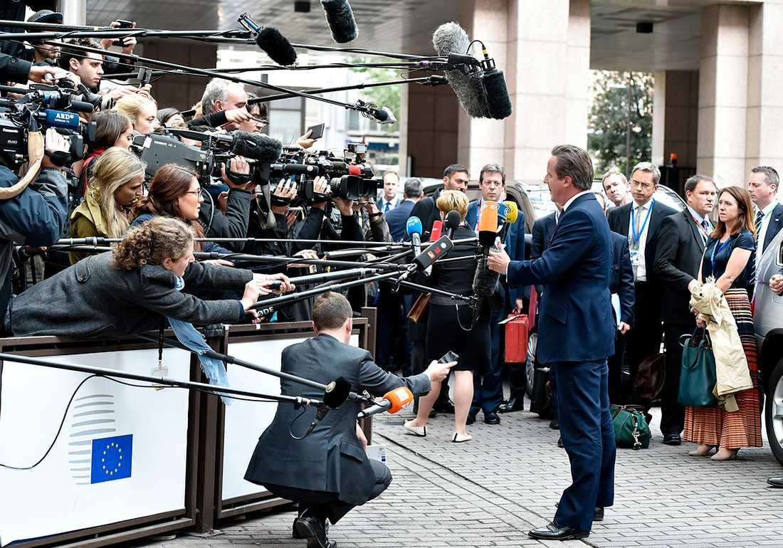 David Cameron talar med pressen.