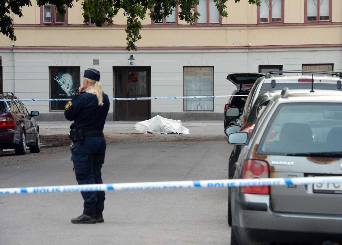 Polisen vill under måndagsmorgonen varken gå ut med kön eller ålder på den döda.