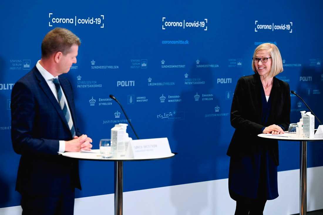 Danska sundhetsstyrelsens direktör Søren Brostrøm och läkemedelsstyrelsens Tanja Erichsen vid beskedet om att Astra Zenecas vaccin stoppas.