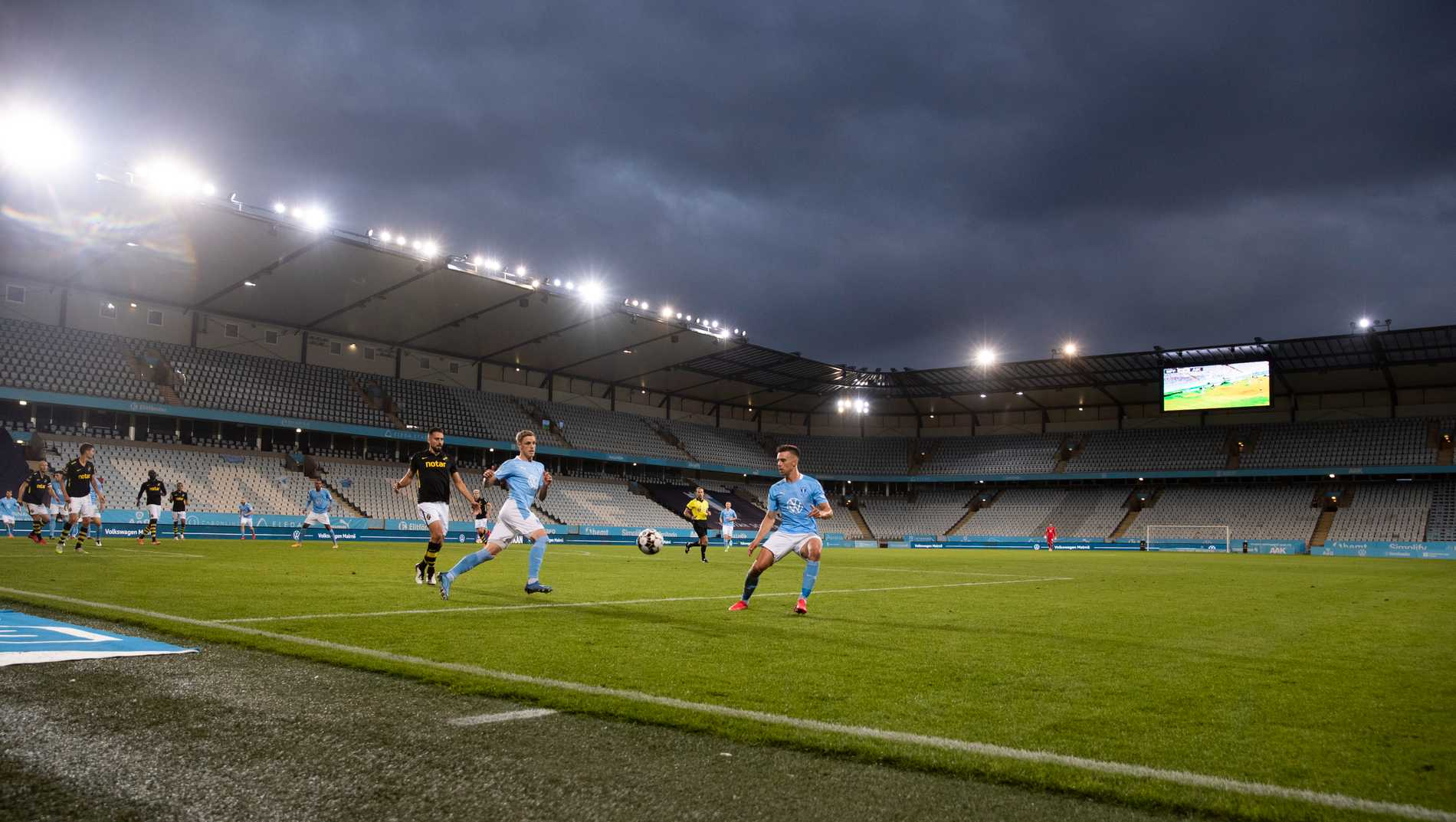 Regeringen vill kunna släppa in mer publik på exempelvis stora fotbollsarenor. Arkivbild.