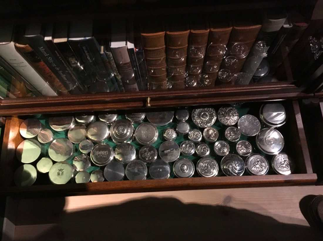 Säkerhetschefens samling av silverdosor.