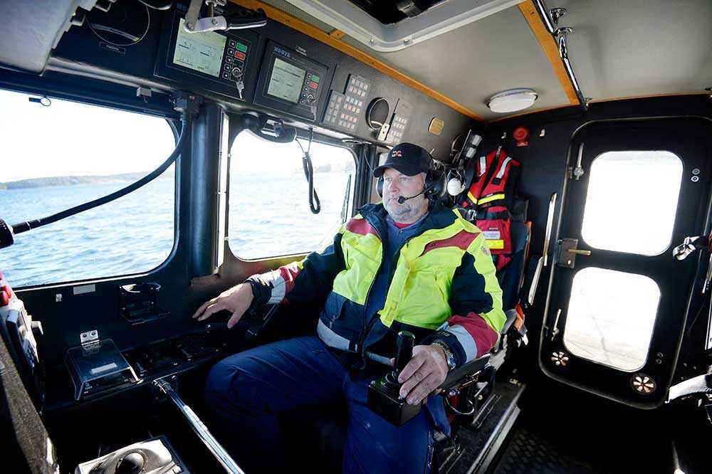 Per Westerberg sitter på styrbord sida, navigatören på babord. Man styr med joystick och reglage som styr vattenjeten. Besättningen kan tala med varandra i headset. Här finns även annan kommunikationsutrustning, bland annat VHF-radio. Alla båtar inom antennens räckvidd kan anropas.