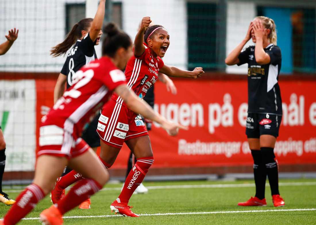 Madelen Janogy jublar, tillsammans med anfallskollegan Fernanda da Silva (22), åt sitt ledningsmål för Piteå i bortamatchen mot Göteborg. Hemmaspelarna Vilde Böe Risa och Julia Roddar är mindre glada. Matchen slutade 1–1.