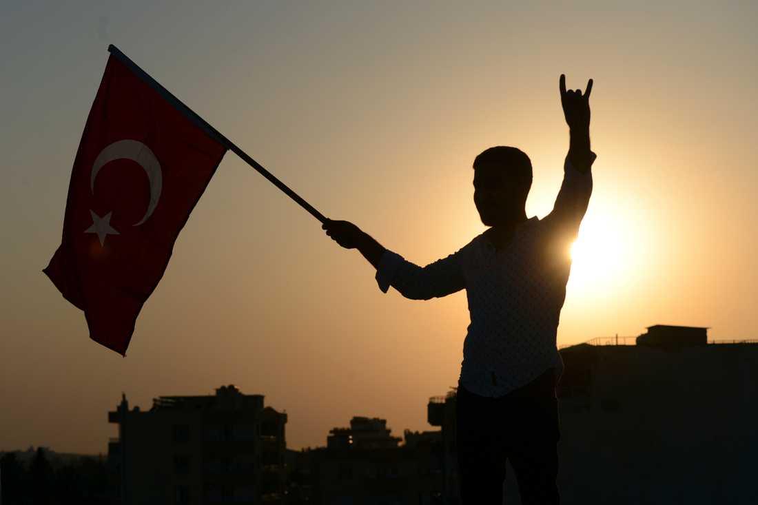 En ung man firar Turkiet-stödda syriska styrkors avancemang i staden Tal Abyad i söndags.