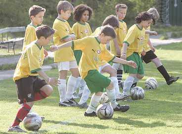 Sambafotboll Överstegsfinter, klackar och Ronaldofinter, allt övas på Samba-Eriks fotbollsskola.