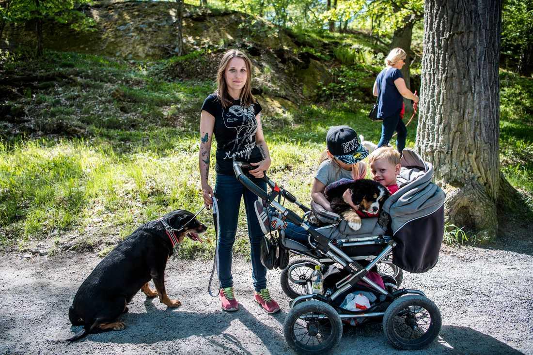 Mamma Emelie Lindblad promenerade med hela familjen.