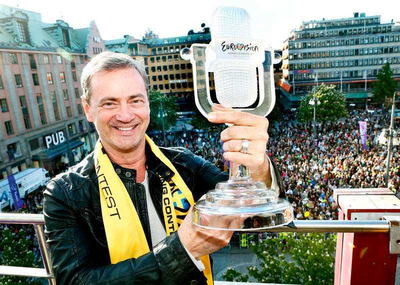 Jublade Den mycket nöjde schlagergeneralen Christer Björkman, 54, sken ikapp med segerpokalen.