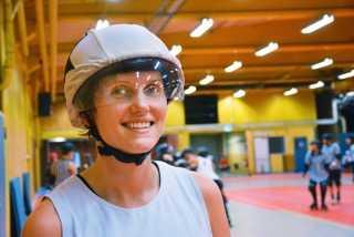 """Hanna Pålsson trivs i sin Roller Derby-roll som poänggörare. """"Som jammer syns man ganska mycket när man kommer ut från klungan med spelare. Det är en häftig känsla"""", säger hon."""