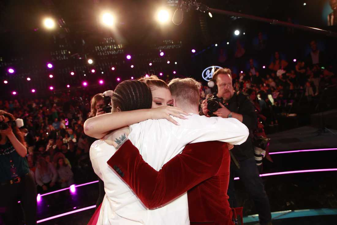 Dao kramar Tusse Chiza och Freddie Liljegren.
