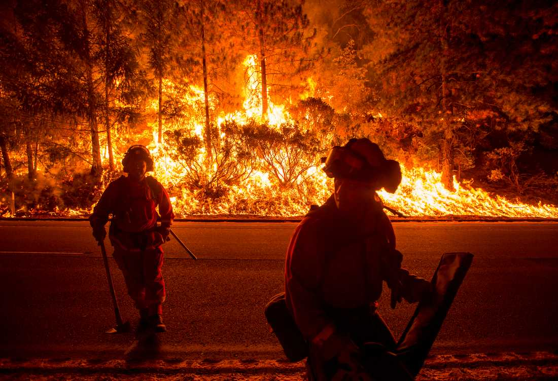 Brandmän slåss mot elden nära Highway 50 i Fresh Pond, Kalifornien.