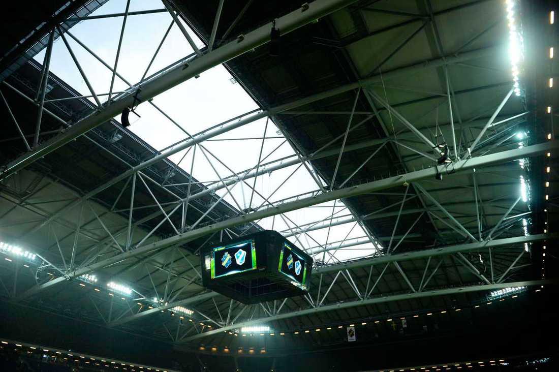 Taket på väg att stängas på Friends Arena.