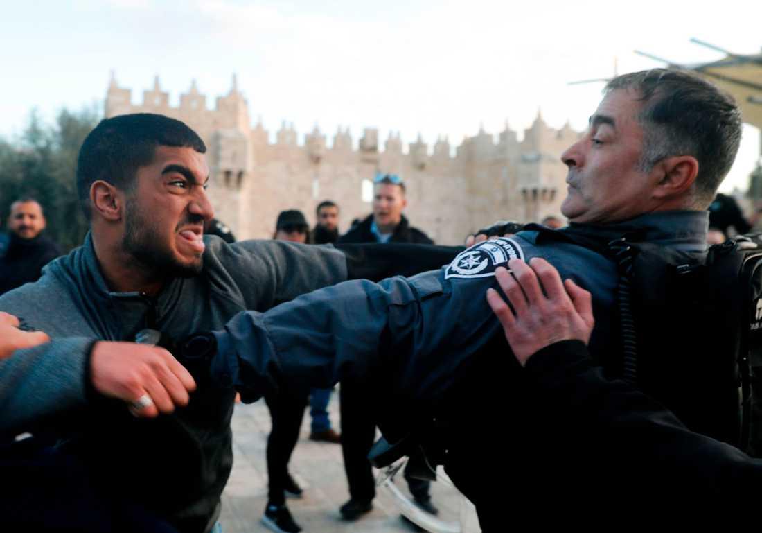 En demonstrant slåss med en israelisk polis i Jerusalem