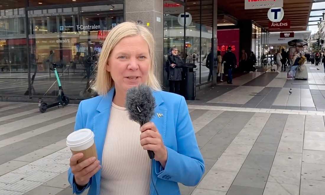 Magdalena Andersson intervjuar unga vuxna på stan på Socialdemokraternas Youtube-kanal.
