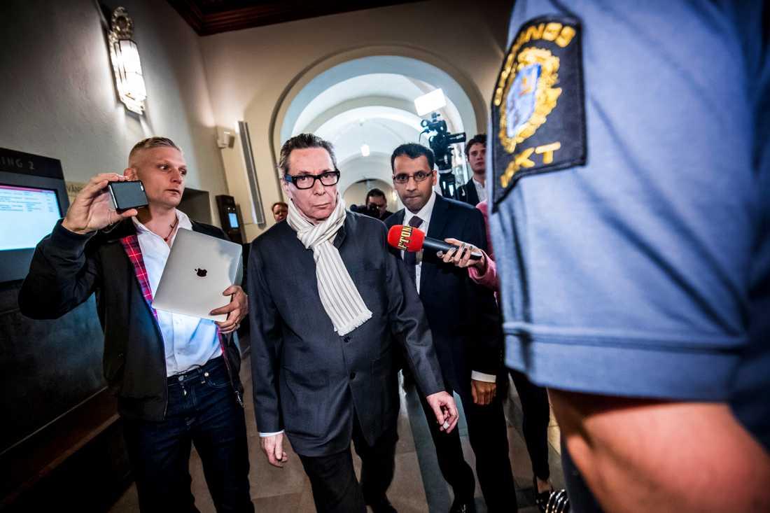 Jean-Claude Arnault, med nära band till Svenska Akademien, dömdes 2018 för två fall av våldtäkt i Svea hovrätt. Han ska också vid sju tillfällen ha läckt namnen på Nobelpristagare i litteratur.