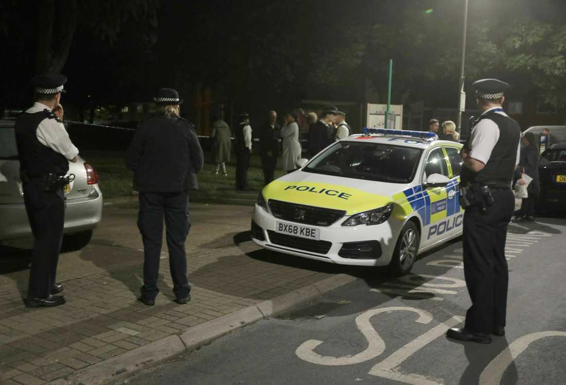 Poliser på plats i Wandsworth i sydvästra London där en 18-årig man knivskars till döds på fredagskvällen.