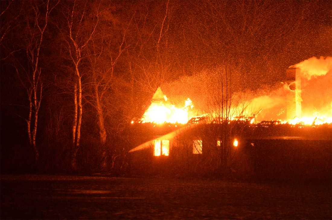 Räddningstjänsten vet inte hur branden har startat.