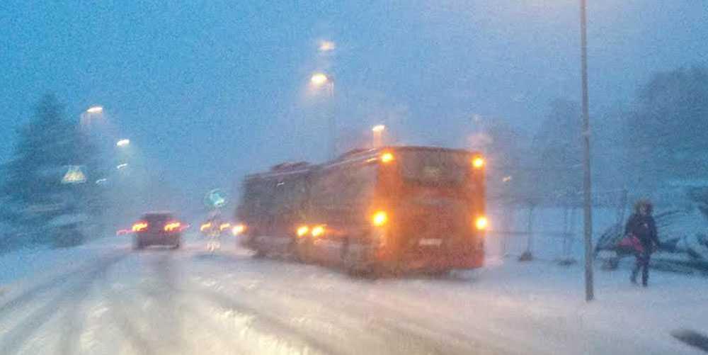 Snöovädret ställer till problem i Mälardalen.