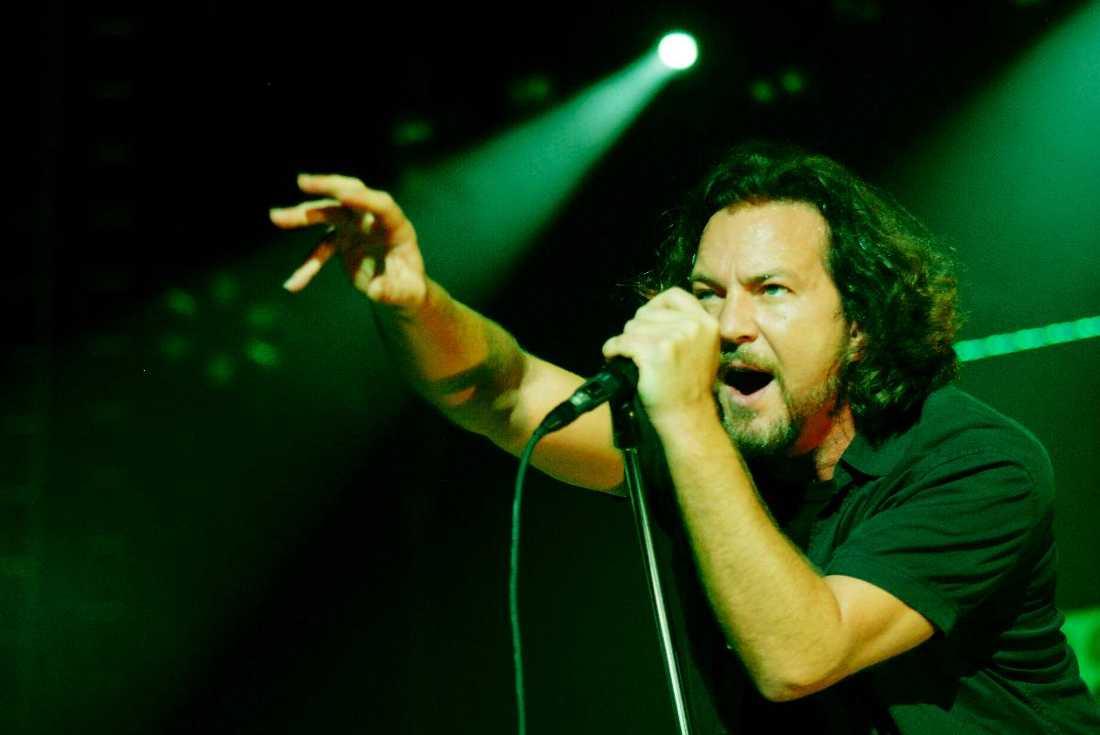 """HYLLAR FANS  Eddie Vedder tillägnar """"Just breathe"""" till svenskarna Ebbe och Birgitta som förlorade sin son i olyckan på Roskildefestivalen 2000."""