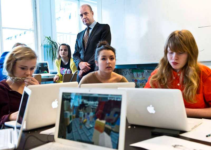 """Eleverna på Freinetskolan Hugin i Norrtälje jobbar med spelet """"Minecraft"""". Fredrik Reinfeldt inspekterar verksamheten."""