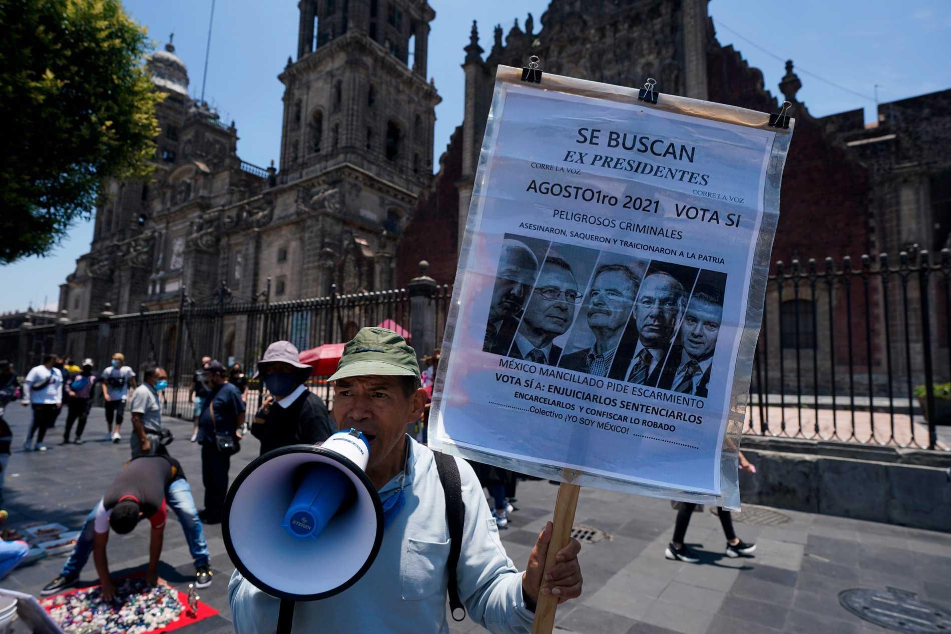 Un uomo a Città del Messico esorta i messicani a votare sì prima del referendum del 1 agosto.