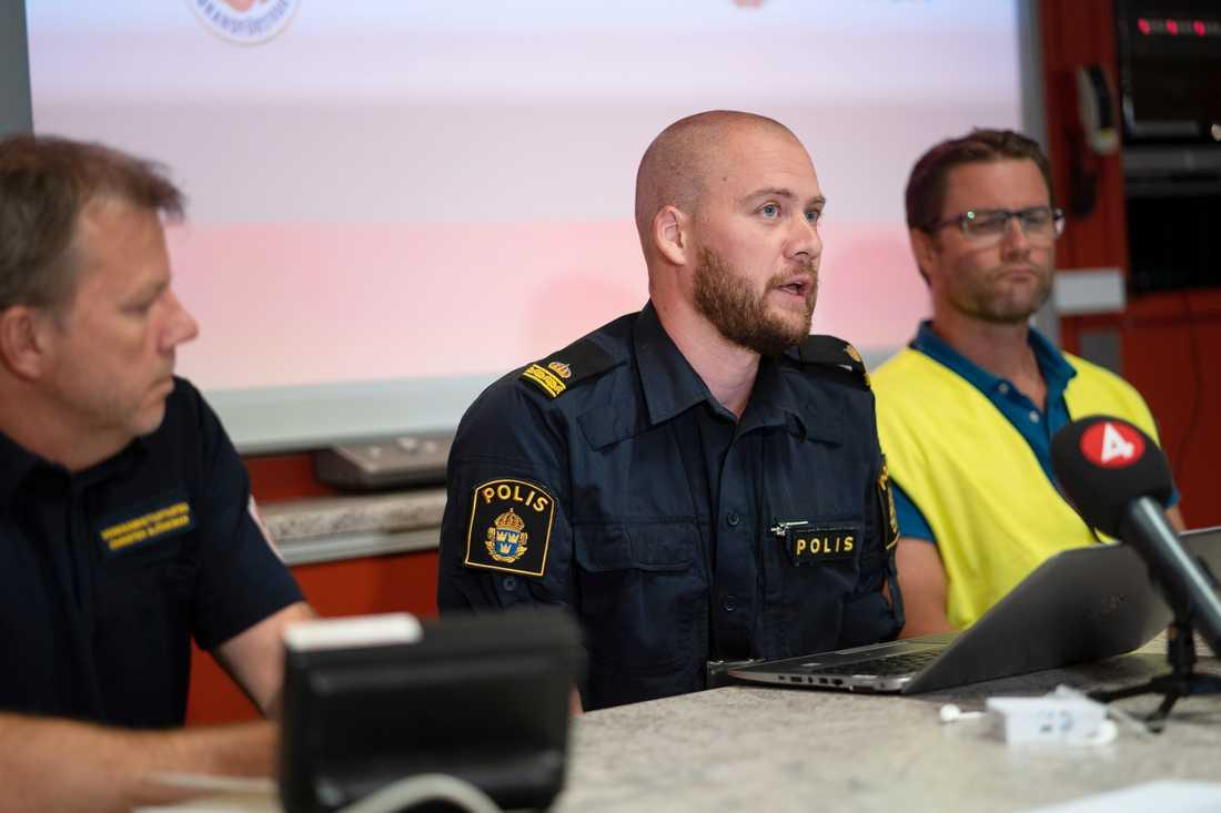Presskonferens om flygolyckan. Från vänster: Christer Björkman vid räddningstjänsten, polisens förundersökningsledare Christoffer Morén och Johan Thunberg från vården i Region Västerbotten.