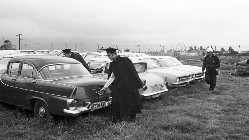 Polis söker efter Cheryl i bilar vid stranden.