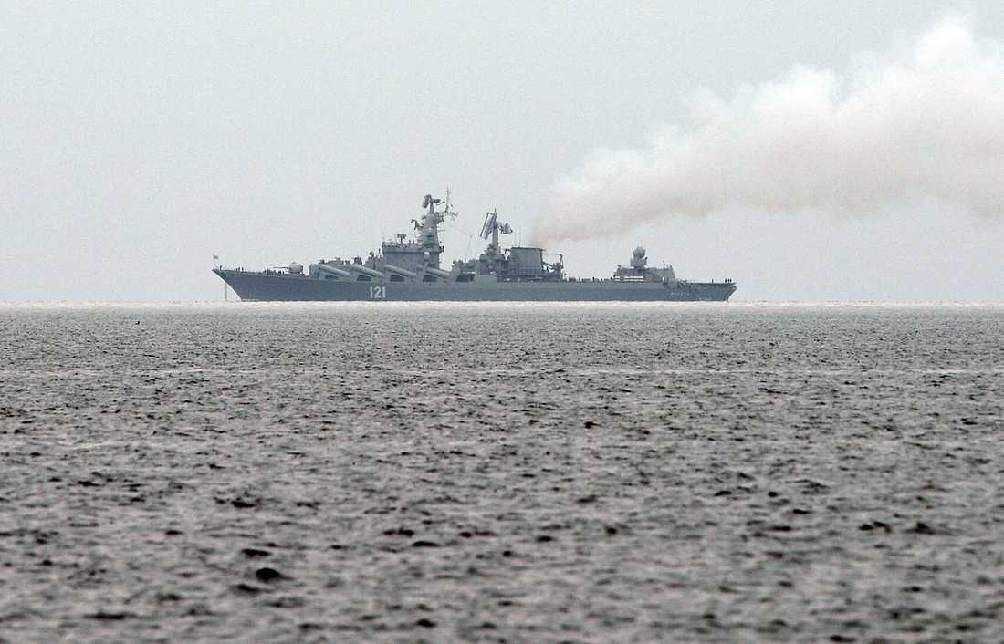 Missilkryssaren 121 patrullerar till havs.