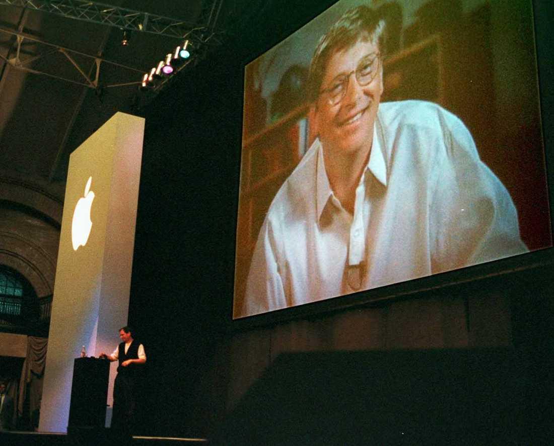 Giganterna Steve Jobs talar med Microsofts dåvarande vd Bill Gates under ett framförande i augusti 1997.