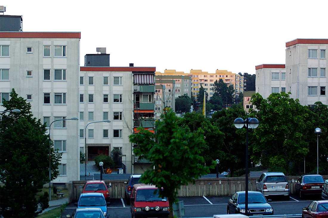 Bostadsbrist Det byggs alldeles för få bostäder för att klara bostadsförsörjningen. Dessutom är det som byggs för dyrt och flashigt för att de som mest behöver bostad ska kunna ha råd att bo där.