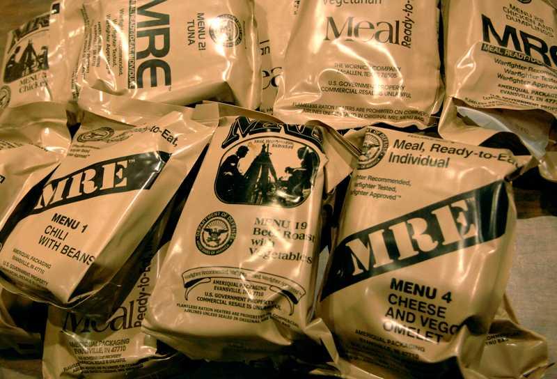 I USA förbereder sig biståndsarbetare för avresa till Haiti. På bilden förpackningar med färdigmat som arbetarna tar med under sitt uppdrag.