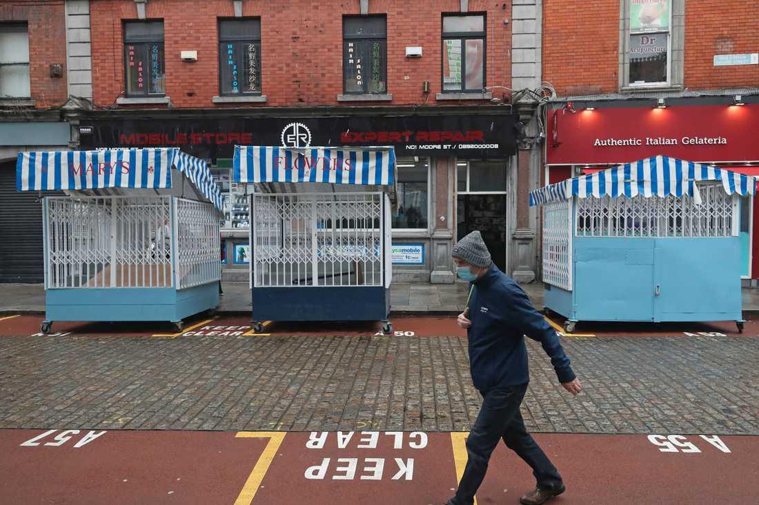 Öde gata i Dublin. Irland stänger ner landet i sex veckor för att få bukt med spridningen av coronaviruset.