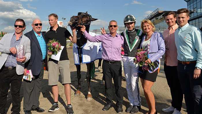 Corky tillsammans med Jimmy och Christina Takter, vid segern på Solvalla i maj 2014, innan försäljningen av hästen.
