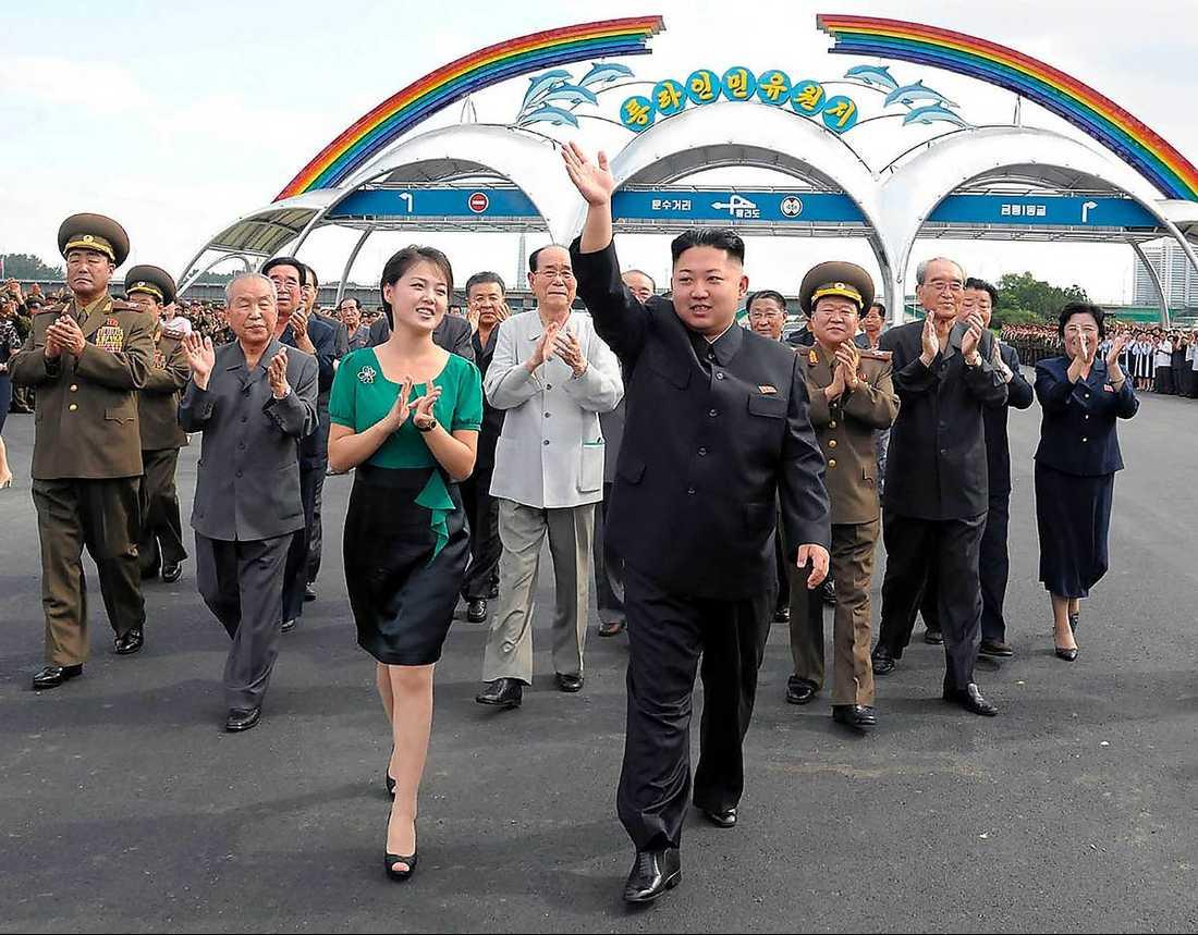 Kim Jong-Un tillsammans med sin fru Ri Sol Ju under en parad i huvudstaden Pyongyang.