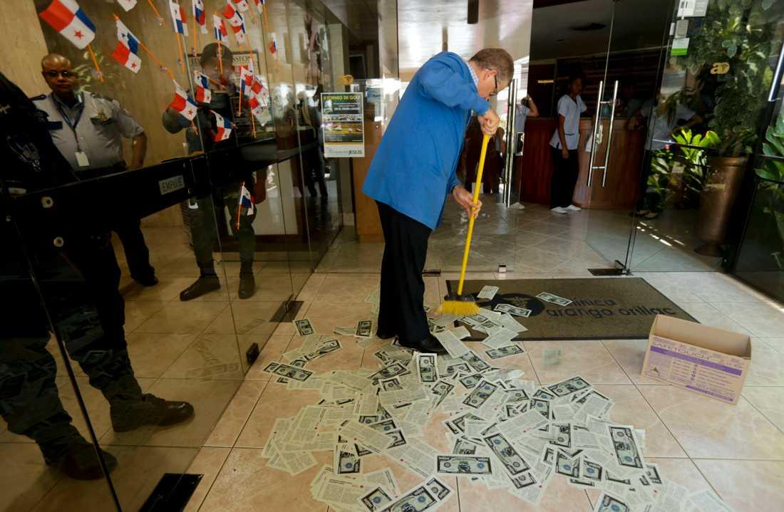 Falska sedlar städas upp efter en protest mot Panamabaserade advokatfirman Mossack Fonseca. Firman har blivit en av symbolerna för skatteplanering efter skandaler som avslöjats under de senaste åren. Arkivbild.