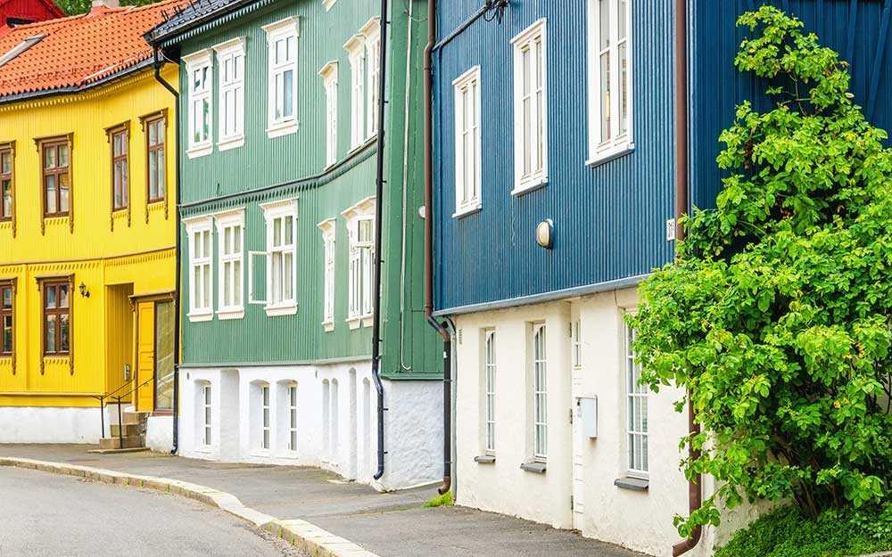Vill du ha en riktigt trähusidyll ska du åka till Rodeløkka. Där hittar du trähus med vackra utsmyckningar i olika färger från 1860 – 1870