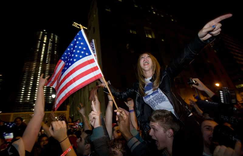 FIRADE VID GROUND ZERO Efter beskedet om att Usama bin Ladin dödats samlades tusentals människor vid Ground Zero i New York.