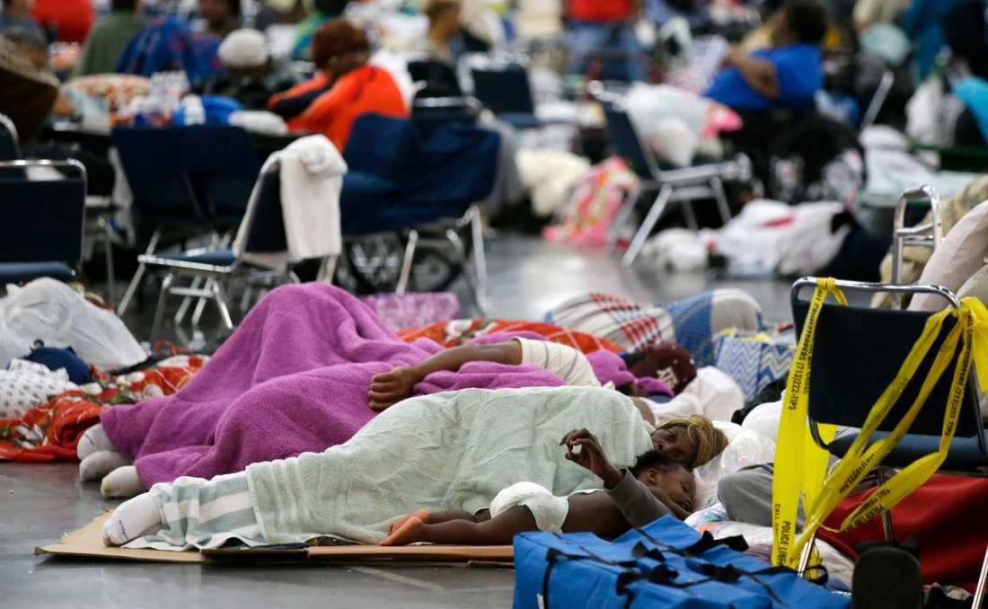 Tusentals människor har sökt skydd i George R. Brown Convention Center