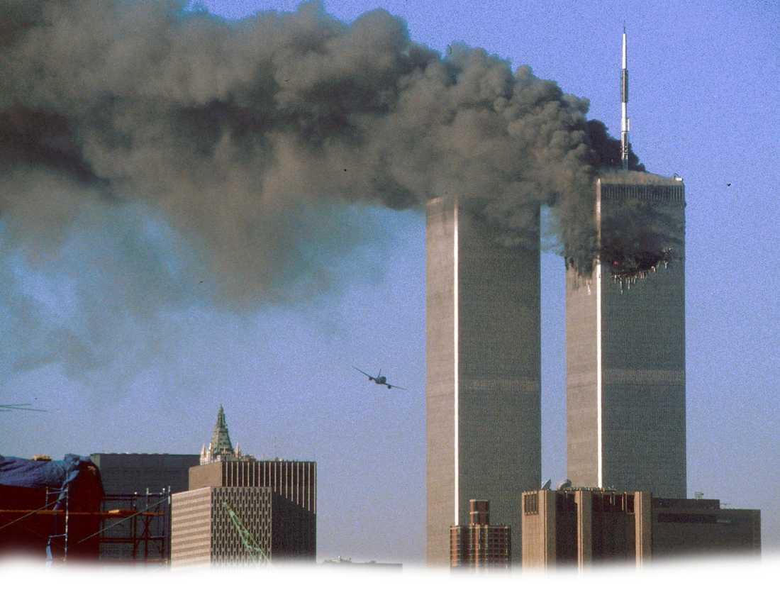 TERRORPLANET Sekunden senare kraschar det andra flygplanet i skyskrapan. Med en gång förstår de flesta att det är terrorism.