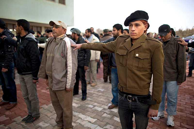 Nya rebellrekryter drillas i Benghazi inför kommande strider mot Gaddafis armé.
