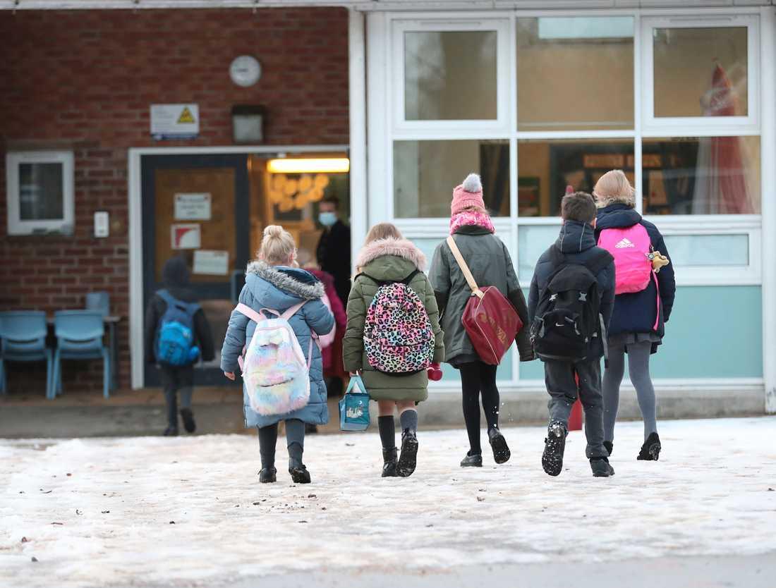 Elever kommer till Manor Park School and Nursery i Knutsford, England, den 4 januari 2021. Efter hemundervisning får de i dag åter komma till skolan igen.
