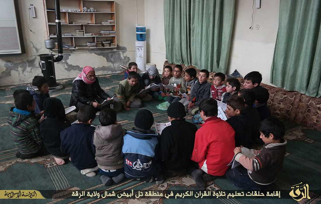 En grupp pojkar får koranundervisning i IS-fästet Raqqa i Syrien.