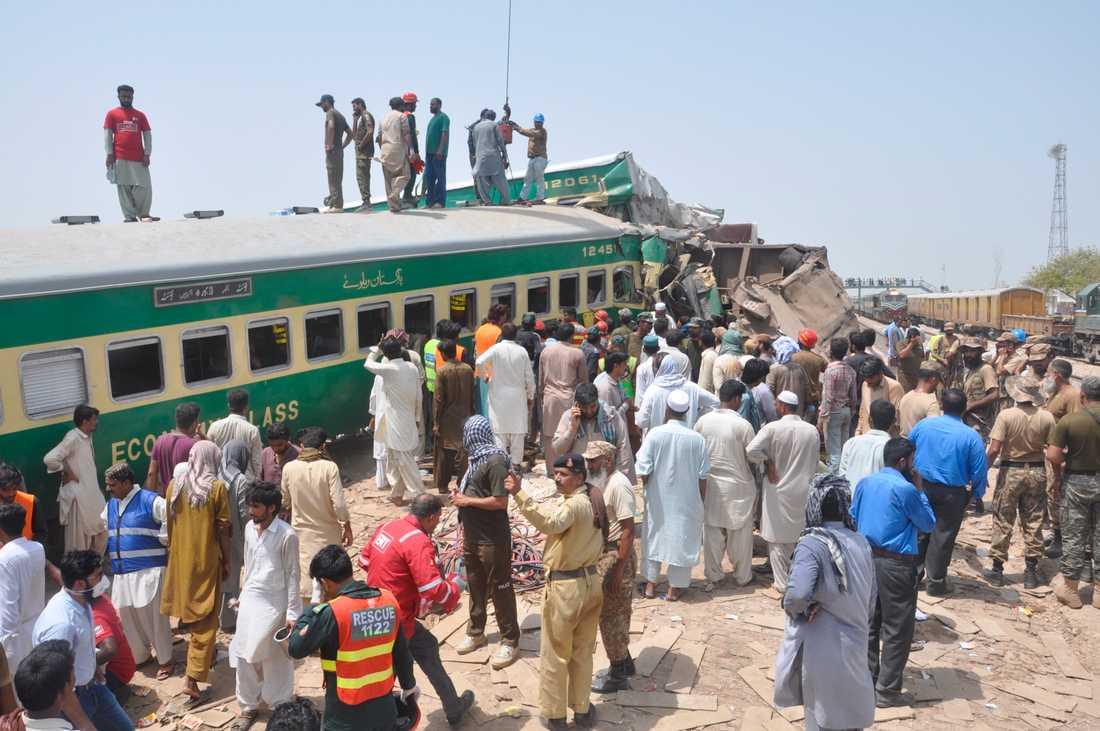 Räddningsarbetare och volontärer arbetar på olycksplatsen i Rahim Yar Khan, Pakistan.
