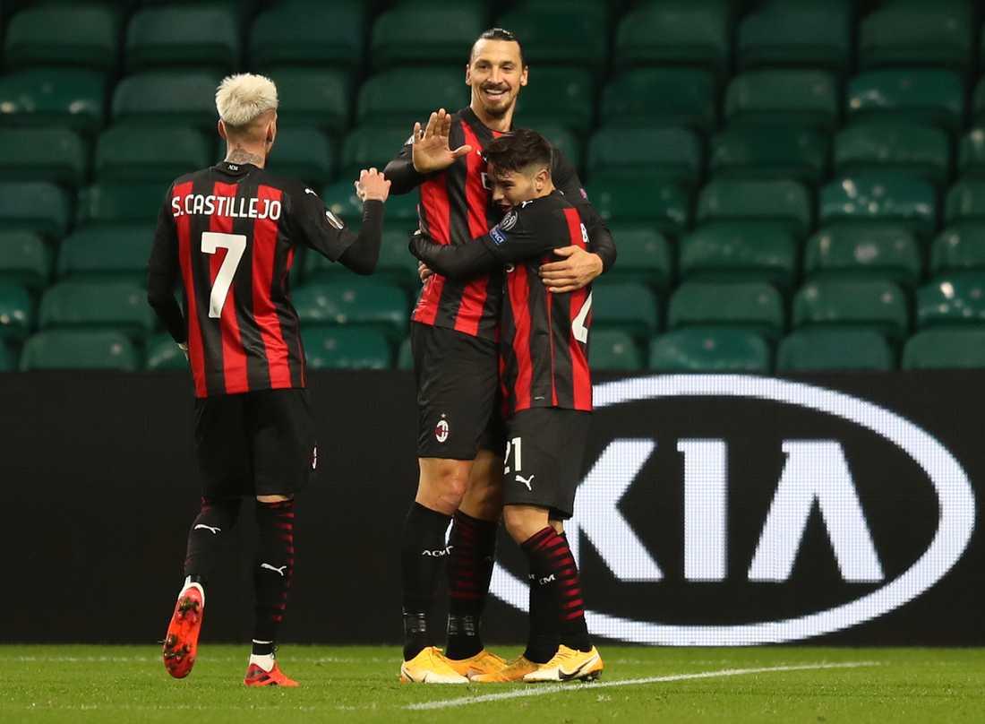Zlatan Ibrahimovic firar mål med Brahim Diaz, till höger och Samu Castillejo I bortamatchen mot Celtic.