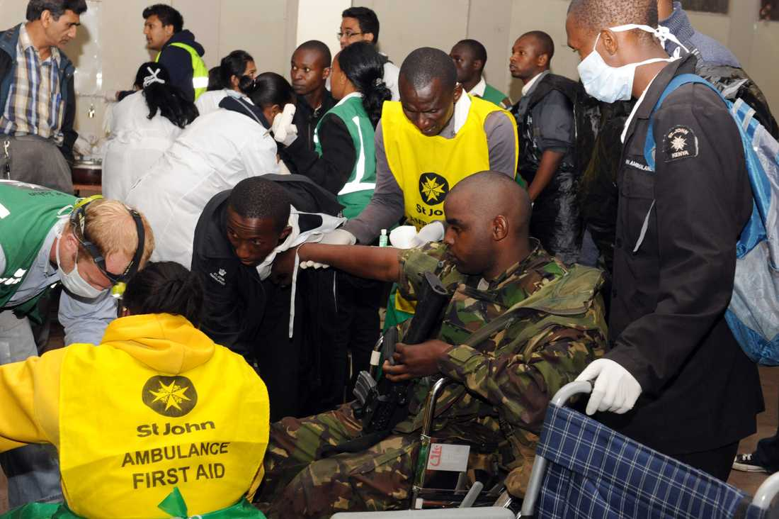 En skadad soldat tas om hand av sjukvårdare