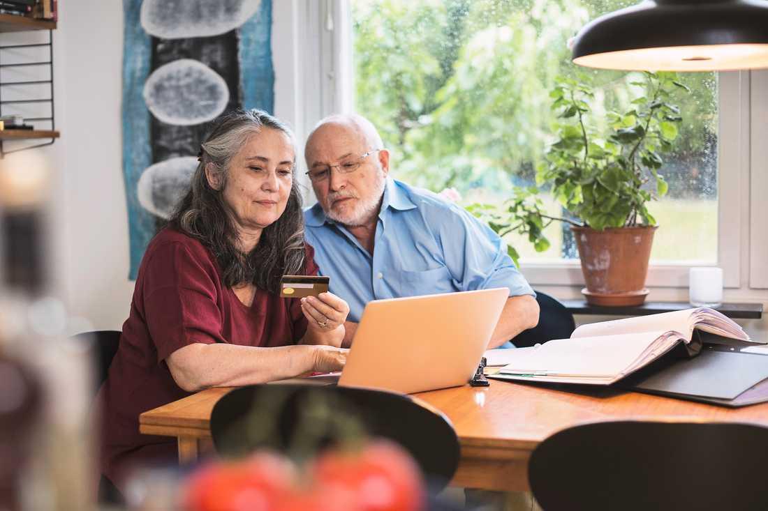 Hitta klippet på nätet. På sajter som Pensionärsrabatt och Smart senior finns massor av pensionärsrabatter samlade.