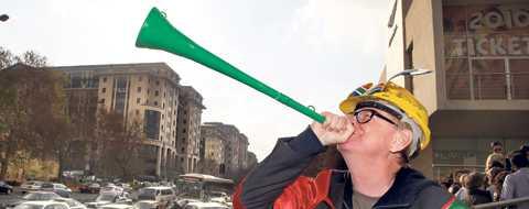 Vuvuzelan är inhandlad Lasse Anrell är på plats i Johannesburg. I?går visade han sydafrikanerna att han kan bemästra Vuvuzelan.